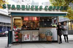 <p>Starbucks va racheter le distributeur spécialisé en thés Teavana pour 620 millions de dollars (487 millions d'euros) en numéraire, la chaîne de cafés proposant 15,50 dollars de cash par action Teavana. /Photo prise le 12 novembre 2012/REUTERS/Chris Helgren</p>