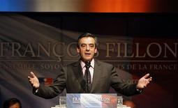 <p>François Fillon, ici à Gradignan près de Bordeaux, estime que l'UMP risque d'imploser et d'être lâchée par sa composante centriste si son rival Jean-François Copé était élu à la tête du parti. /Photo prise le 14 novembre 2012/REUTERS/Régis Duvignau</p>