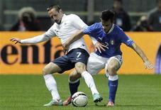 <p>L'Italien Christian Maggio (à droite) à la lutte avec le Français Franck Ribéry. L'équipe de France de football a battu mercredi soir l'Italie 2-1 en match amical à Parme. /Photo prise le 14 novembre 2012/REUTERS/Alessandro Garofalo</p>
