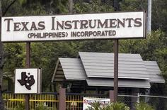 <p>Texas Instruments va supprimer 1.700 postes à travers le monde, le groupe voulant réduire les coûts de sa division puces sans fil après sa décision de ne plus fabriquer des applications pour smartphones. /Photo d'archives/REUTERS</p>