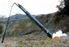 <p>Imagen de archivo del lanzamiento de un cohete Qassam-2 por fuerzas del movimiento palestino Hamas en Gaza, feb 16 2002. Un cohete disparado hacia Jerusalén desde la Franja de Gaza cayó fuera de la ciudad, reportaron el viernes medios israelíes. REUTERS/HANDOUT</p>