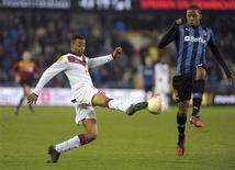 <p>Le Bordelais David Bellion (à gauche) face à Ryan Donk, de Bruges. Les Girondins de Bordeaux ont pris la tête du groupe D de l'Europa Ligue en allant battre le FC Bruges 2-1 et se sont qualifiés pour les 16es de finale de la compétition. Ils rejoignent ainsi Lyon, auteur d'un match nul à Prague (1-1). Battu 1-0 par les Turcs de Fenerbahçe, l'OM est en revanche éliminé. /Photo prise le 22 novembre 2012/REUTERS/Laurent Dubrule</p>