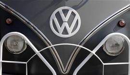 <p>Dans le cadre d'un effort de développement sur le premier marché automobile mondial, Volkswagen envisage d'investir 14 milliards d'euros en Chine sur les quatre prochaines années, a déclaré le responsable du groupe en Chine au journal China Daily. /Photo d'archives/REUTERS/Tobias Schwarz</p>