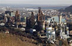 <p>Site d'ArcelorMittal à Hayange (Moselle). Le ministre du Travail Michel Sapin a déclaré que l'époque des nationalisations de la sidérurgie appartenait au passé, après que son collègue du Redressement productif, Arnaud Montebourg, a brandi la menace d'un contrôle public des installations d'ArcelorMittal à Florange. /Photo d'archives/REUTERS/Vincent Kessler</p>