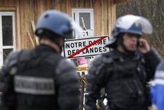<p>Les forces de l'ordre sont intervenues vendredi matin pour évacuer les opposants à la construction du futur aéroport de Notre-Dame-des-Landes, près de Nantes, qui avaient réoccupé des terrains du site à la faveur d'une importante manifestation le week-end dernier. /Photo prise le 23 novembre 2012/REUTERS/Stephane Mahé</p>