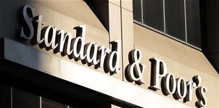 <p>L'agence de notation Standard & Poor's a confirmé les notes souveraines de la France en maintenant la perspective négative et en prévenant que l'objectif gouvernemental de réduction du déficit public ne serait pas tenu en 2013. La note à long terme de la France est ainsi confirmée à AA+ et celle à court terme à A-1+. /Photo d'archives/REUTERS/Brendan McDermid</p>
