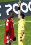 <p>Ali Ahamada reçoit un carton jaune face aux Girondins de Bordeaux en championnat. Le portier de l'équipe de France Espoirs a enchaîné les désillusions depuis la mi-octobre, entre la non-qualification des Bleuets pour l'Euro et l'affaissement de son club, qui reste sur trois défaites d'affilée en Ligue 1. /Photo prise le 4 novembre 2012/REUTERS/Regis Duvignau</p>
