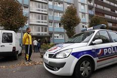 <p>Opération de police, en octobre, à Strasbourg dans le cadre d'une enquête sur une cellule islamiste présumée. Un huitième homme a été arrêté en France à la suite de cette même enquête, selon une source judiciaire. /Photo prise le 6 octobre 2012/REUTERS/Vincent Kessler</p>