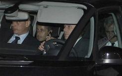 <p>Nicolas Sarkozy à sa sortie d'interrogatoire jeudi, à Bordeaux. L'ancien président peut envisager un retour en politique après l'issue favorable d'un interrogatoire-fleuve de 12 heures par trois juges de Bordeaux, qui lui ont épargné une mise en examen. /Photo prise le 22 novembre 2012/REUTERS/Régis Duvignau</p>