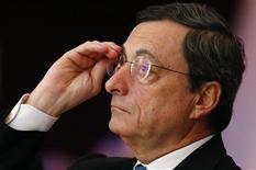 <p>Le président de la Banque centrale européenne (BCE) Mario Draghi a déclaré que le nouveau plan de rachats d'obligations annoncé par l'institution avait contribué au retour de la confiance dans la zone euro. Il a réaffirmé que la BCE restait prête à mettre ce plan en oeuvre. /Photo prise le 23 novembre 2012/REUTERS/Kai Pfaffenbach</p>