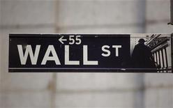 <p>La Bourse de New York a débuté en hausse vendredi la séance écourtée du lendemain de Thanksgiving, soutenue entre autres par l'espoir d'un accord sur l'aide à la Grèce. Fermée jeudi, Wall Street avancera sa clôture à 13h00 (18h00 GMT). Quelques minutes après le début des échanges, l'indice Dow Jones gagnait 0,48%, le Standard & Poor's 500 0,45% et le Nasdaq Composite 0,56%. /Photo d'archives/REUTERS/Chip East</p>