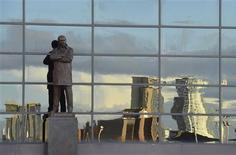 <p>L'ère victorieuse d'Alex Ferguson à Manchester United a été célébrée avec l'inauguration d'une statue de bronze à l'effigie de l'entraîneur écossais devant le stade d'Old Trafford. /Photo prise le 23 novembre 2012/REUTERS/Nigel Roddis</p>