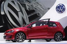 <p>La Golf GTI de Volkswagen présentée au Mondial de l'automobile à Paris. Le groupe allemand a provisionné 50,2 milliards d'euros d'investissements sur les trois prochaines années, témoignant de sa volonté de ravir au plus vite à Toyota la place de numéro un mondial des constructeurs automobiles. /Photo prise le 27 septembre 2012/REUTERS/Christian Hartmann</p>