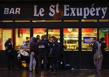 <p>Un homme a été tué et quatre autres ont été gravement blessés vendredi lors d'une fusillade à l'extérieur puis à l'intérieur d'un bar de la ville d'Orly, dans le Val-de-Marne. Un suspect a été interpellé et placé en garde à vue, a-t-on appris de sources policière et judiciaire. /Photo prise le 23 novembre 2012/REUTERS/Charles Platiau</p>