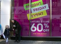 """<p>Le secteur de la distribution a focalisé l'attention des investisseurs vendredi à Wall Street, curieux de mesurer l'impact sur la consommation de l'ouverture d'un nombre croissant de grands magasins dès le soir de Thanksgiving puis pour le """"Black Friday"""", à l'occasion du grand marathon commercial de fin d'année. /Photo prise le 23 novembre 2012/REUTERS/Keith Bedford</p>"""