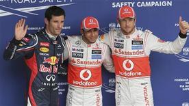 <p>Le Britannique Lewis Hamilton (au centre) s'élancera dimanche en pole position du Grand Prix du Brésil de Formule Un, dernière course de la saison qui désignera le champion du monde des pilotes. Il a devancé son compatriote et coéquipier chez McLaren Jenson Button (à droite) samedi lors des essais qualificatifs dont l'Australien de Red Bull Mark Webber (à gauche) a signé le troisième temps. /Photo prise le 24 novembre 2012/REUTERS/Paulo Whitaker</p>