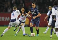 <p>Le Parisien Zlatan Ibrahimovic (au centre), aux prises avec les Troyens Stéphane Darbion (à gauche) et Thiago Xavier, samedi au Parc des Princes. Galvanisé par le retour de suspension de l'international suédois, le PSG a étrillé Troyes (4-0), mettant ainsi fin à une série noire de deux défaites consécutives à domicile en Ligue 1 et prenant les commandes de la Ligue 1 dont s'était emparé Saint-Etienne la veille. /Photo prise le 24 novembre 2012/REUTERS/Gonzalo Fuentes</p>