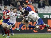 <p>Le Samoan Kahn Fotualii (au centre), aux prises avec les Français Vincent Clerc (à gauche) et Fulgence Ouedraogo. Le XV de France a battu les Samoa 22-14 samedi en test match international au Stade de France. /Photo prise le 24 novembre 2012/REUTERS/Pascal Rossignol</p>