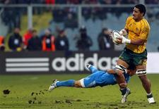 <p>L'Italien Luciano Orquera tente un plaquage sur l'Australien Sitaleki Timani, samedi à Florence. Les Wallabies, qui menaient de 16 points à la mi-temps, ont finalement remporté la rencontre 22-19. /Photo prise le 24 novembre 2012/REUTERS/Alessandro Bianchi</p>