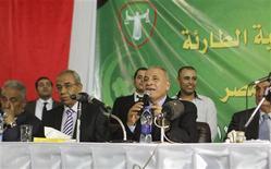 <p>Le président de l'association des juges égyptiens, Ahmed al Zind, lors d'une réunion de cette association au Caire, samedi. La contestation contre le décret renforçant les pouvoirs du président Mohamed Morsi a gagné samedi l'appareil judiciaire en Egypte, où partisans et adversaires des Frères musulmans prévoient de poursuivre l'épreuve de force dans la rue mardi lors de rassemblements concurrents. /Photo prise le 24 novembre 2012/REUTERS/Asmaa Waguih</p>