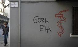 <p>Le mouvement séparatiste basque ETA a souhaité samedi l'ouverture de pourparlers avec les gouvernements espagnol et français afin de négocier la fin définitive de ses opérations militaires et la livraison de ses armes aux autorités. /Photo d'archives/REUTERS/Vincent West</p>