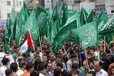 <p>Foto de archivo de seguidores palestinos del movimiento islamico Hamas gritan arengas mientras sacuden banderas de Hamas durante una manifestación en Ramallah, Cisjordania. 13 mayo, 2011. El movimiento islamista Hamas dijo el lunes que respalda los intentos del presidente Mahmoud Abbas para que los palestinos tengan un mayor peso en Naciones Unidas, la más reciente señal de un acercamiento entre ambos rivales políticos. REUTERS/Abed Omar Qusini</p>