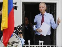 <p>Foto de archivo del fundador de WikiLeaks, Julian Assange, haciendo un gesto desde el balcón de la embajada de Ecuador en Londres. 19 de agosto, 2012. REUTERS/Chris Helgren. El fundador de WikiLeaks, Julian Assange, acusó el martes a políticos estadounidenses de presionar a las empresas europeas de tarjetas de crédito para que bloqueen más de 50 millones de dólares en donaciones al sitio en internet que publicó miles de cables diplomáticos secretos de Estados Unidos.</p>