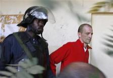 <p>Eric Breteau, lors de son procès au Tchad fin 2007. L'organisation caritative Arche de Zoé, son président Eric Breteau et cinq de ses membres sont jugés à partir de lundi en correctionnelle pour tentatives d'enlèvement d'enfants au Tchad en octobre 2007. /Photo d'archives/REUTERS/Luc Gnago</p>