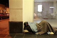 <p>Cécile Duflot a écrit à l'archevêché de Paris pour lui demander de mettre à disposition de l'Etat certains de ses bâtiments vides pour héberger des sans-abri. /Photo prise le 2 février 2012/REUTERS/Pascal Rossignol</p>