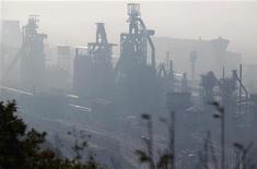 <p>Les hauts-fourneaux du site sidérurgique ArcelorMittal de Florange ne seront pas coupés cette semaine, a déclaré lundi le secrétaire général de la CFDT, disant avoir obtenu une garantie en ce sens de la part du gouvernement. /Photo d'archives/REUTERS/Vincent Kessler</p>