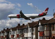 <p>Singapore Airlines a confirmé lundi avoir entamé des discussions en vue de la cession de sa participation de 49% dans la compagnie aérienne britannique Virgin Atlantic, qui intéresse Delta Airlines et Air France-KLM, selon des sources proches du dossier. /Photo d'archives/REUTERS/Luke MacGregor</p>
