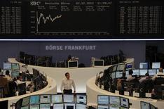 <p>Les principales Bourses européennes restent bien orientées lundi à la mi-séance, soutenues par des signes de stabilisation de l'économie chinoise et de contraction moins prononcée du secteur industriel en Europe. A Francfort, le Dax gagne 0,46% vers 11h00 GMT et le FTSE à Londres prend 0,25%. A Paris, le CAC 40 progresse de 0,61% à 3.578,94 points. /Photo prise le 3 décembre 2012/REUTERS/Remote/Marte Kiessling</p>
