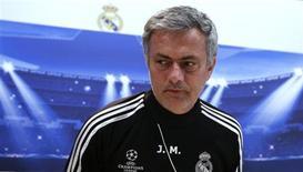 <p>Interrogé sur son avenir à la veille du match du groupe D contre l'Ajax Amsterdam, l'entraîneur portugais José Mourinho s'est refusé à commenter les rumeurs de la presse européenne qui le disent sur le départ et le lient, entre autres, au PSG. Il a précisé qu'il avait bien le Paris Saint-Germain à l'esprit mais uniquement en tant que possible adversaire en huitièmes de finale de la Ligue des champions. /Photo prise le 2 décembre 2012/REUTERS/Andrea Comas</p>