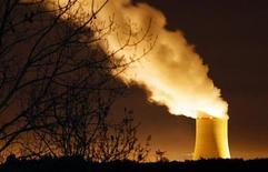 <p>La centrale nucléaire de Golfech, dans le Tarn-et-Garonne. La cour d'appel de Toulouse a condamné EDF à 4.000 euros d'amende après une fuite d'effluents radioactifs en 2010 sur ce site, une amende minime mais considérée comme un symbole par les associations d'opposants au nucléaire. /Photo d'archives/REUTERS/Régis Duvignau</p>
