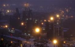 """<p>Le gouvernement est """"mobilisé"""" et """"solidaire"""" sur le plan du sauvetage de Florange, qui mécontente les salariés du site industriel mosellan, a déclaré lundi François Hollande, en ajoutant que """"tous les moyens du droit"""" seraient utilisés si l'accord passé vendredi avec le géant sidérurgique ArcelorMittal n'était pas respecté. /Photo prise le 3 décembre 2012/REUTERS/Vincent Kessler</p>"""