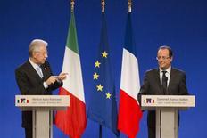 <p>François Hollande et Mario Monti, réunis lundi à Lyon avec une partie de leur gouvernement pour le XXXe sommet franco-italien, ont relancé le projet de ligne ferroviaire transalpine Lyon-Turin, programme pharaonique et controversé de 25 milliards d'euros dont le financement reste à consolider. /Photo prise le 3 décembre 2012/REUTERS/Robert Pratta</p>