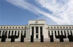<p>Foto de archivo del edificio de la Reserva Federal de Estados Unidos en Washington, ago 22 2012. Frustrados consejeros de la Reserva Federal de Estados Unidos buscaron el lunes una explicación entre prestamistas de crédito hipotecario de por qué los beneficios de menores tasas de interés no están pasando a los compradores de casas tan rápido como en el pasado, incluso cuando los inversores se benefician. REUTERS/Larry Downing</p>