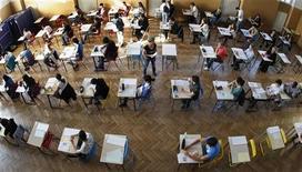 """<p>Epreuves du baccalauréat à Strasbourg, en juin dernier. Le ministre de l'Education Vincent Peillon a annoncé que le gouvernement français allait lancer un plan contre le """"décrochage"""" scolaire qui permettra selon lui de donner une formation à 20.000 enfants en 2013 et 70.000 au total d'ici 2017. /Phoot prise le 18 juin 2012/REUTERS/Vincent Kessler</p>"""