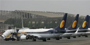 <p>La compagnie indienne Jet Airways pourrait céder une participation de 24% à Etihad Airways. L'opération permettrait à la compagnie d'engranger quelque 16 milliards de roupies (224 millions d'euros), selon le journal Business Standard qui précise que la transaction pourrait être annoncée avant la fin du mois. /Photo d'archives/REUTERS/Punit Paranjpe</p>