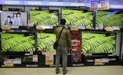 <p>Qualcomm va investir jusqu'à 120 millions de dollars (92 millions d'euros) dans Sharp, apportant une bouffée d'oxygène bienvenue au fabricant japonais de téléviseurs dont il deviendra vraisemblablement le premier actionnaire. Le groupe américain, via sa filiale Pixtronix, travaillera avec Sharp à la mise au point de nouveaux écrans fondés sur la technologie IGZO de Sharp. /Photo prise le 4 décembre 2012/REUTERS/Yuriko Nakao</p>