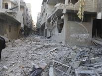 <p>Quartier d'Akraba, dans la banlieue de Damas. L'armée syrienne a continué mardi à bombarder les quartiers rebelles des faubourgs de Damas, dans une contre-offensive nourrie face à l'avancée des rebelles vers le centre de la capitale. /Photo prise le 1er décembre 2012/REUTERS/Thair Al-Damashqi/Shaam News Network</p>