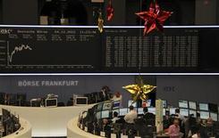<p>Les Bourses européennes progressent à mi-séance mardi, après une ouverture hésitante, mais certains intervenants prédisent une consolidation sur fond d'inquiétudes persistantes concernant les négociations budgétaires aux Etats-Unis. A Paris, le CAC 40 s'octroie 0,74% vers 11h40 GMT, à Francfort, le Dax avance de 0,28% alors qu'à Londres le FTSE est à la traîne avec un gain de 0,09%. Photo prise le 4 décembre 2012/REUTERS/Remote/Wolfgang Rattay</p>