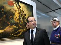 """<p>François Hollande et un ancien mineur, devant """"La Liberté Guidant le Peuple, 1830"""" de Delacroix. Le président a inauguré mardi le musée Louvre-Lens. /Photo prise le 4 décembre 2012/REUTERS/Michel Spingler/Pool</p>"""