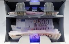 """<p>Les banques françaises vont enregistrer une baisse de leurs revenus dans leurs activités de """"détail"""" dans les années à venir et vont devoir repenser leurs réseaux et leurs pratiques commerciales face aux évolutions de la conjoncture et des attentes de leur clientèle, selon une étude publiée mardi. /Photo d'archives/REUTERS/Pascal Lauener</p>"""