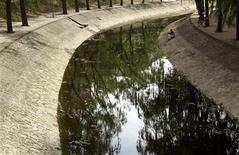 <p>Le gouvernement français souhaite faire de la croissance verte une priorité en créant 100.000 emplois d'ici 2016 dans ce secteur. Ces emplois concerneront entre autres le traitement des déchets ou de l'eau. /Photo d'archives/REUTERS/David Gray</p>