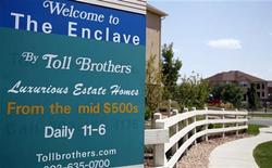 <p>Le leader des résideces de luxe Toll Brothers, dont le titre est l'une des valeurs à suivre mardi sur les marchés américains, a enregistré une envolée de son bénéfice au quatrième trimestre et une forte progression de son carnet de commandes (+70%), attestant du redressement du marché immobilier américain. /Photo d'archives/REUTERS/Rick Wilking</p>