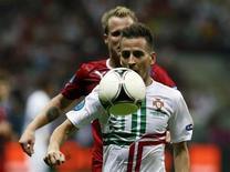 <p>Joao Pereira lors d'un match du Portugal face à la République Tchèque, à l'Euro. Pas encore remis d'une blessure au mollet, l'arrière latéral a déclaré forfait pour le match de Valence à Lille mercredi en Ligue des champions. /Photo prise le 21 juin 2012/REUTERS/Petr Josek</p>