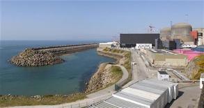 <p>L'action EDF accuse mardi la plus forte baisse de l'indice CAC 40 à la Bourse de Paris, la question de la rentabilité de l'EPR étant reposée après l'annonce d'un nouveau surcoût de la construction de ce réacteur nucléaire de grande puissance à Flamanville (Manche). /Photo d'archives/REUTERS/Benoît Tessier</p>