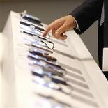 <p>Le tribunal de Commerce de Paris a reporté à janvier sa décision dans le litige qui oppose Iliad à SFR concernant les subventions de téléphones portables, selon un porte-parole de SFR. Iliad accuse la filiale de Vivendi de concurrence déloyale sur certaines de ses offres avec subventions qui reviennent selon lui à du crédit déguisé sans en respecter les contraintes légales. /Photo d'archives/REUTERS</p>