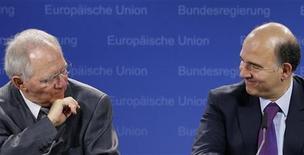 <p>Le ministre des Finances allemand Wolfgang Schäuble et son homologue français Pierre Moscovici. La France et l'Allemagne ont exprimé au grand jour leurs divergences mardi sur le projet de supervision du secteur bancaire européen par la Banque centrale européenne, au risque de retarder la mise en oeuvre de l'union bancaire, l'un des plus ambitieux projets de l'histoire de l'Union. /Photo d'archives/REUTERS/François Lenoir</p>